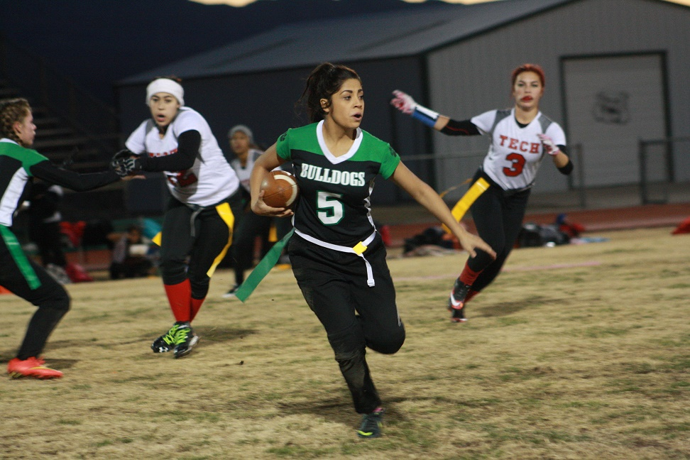 Gridiron girls hold off Roadrunners 21-14