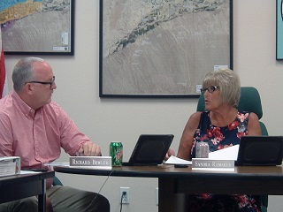 Water district votes to keep $120 fee